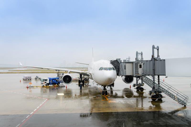 Pre-flight en bijtankende en Ladende ladingsdienst van vliegtuig, stock foto's