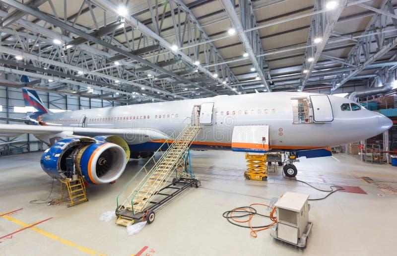 Pre-flight inspectie van vliegtuig op onderhoud bij de luchthaven stock afbeeldingen