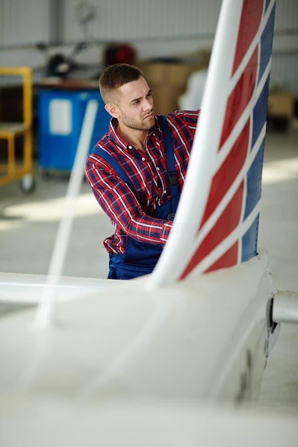 Pre flygflygplankontroll i hangar royaltyfria bilder