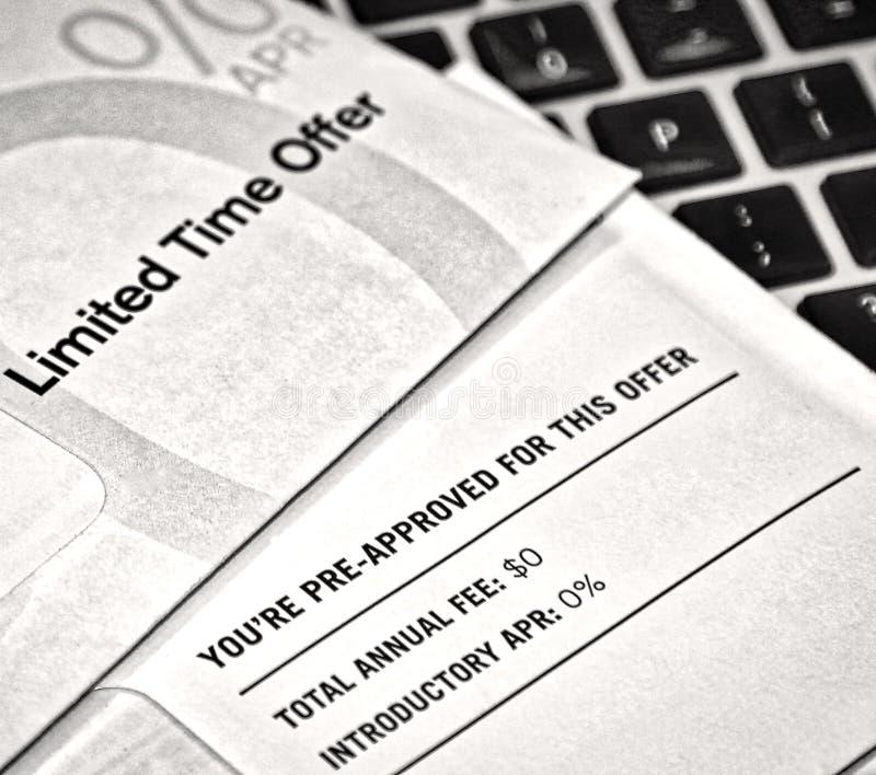 Pre-godkända skräpreklamkreditkorterbjudanden royaltyfria foton