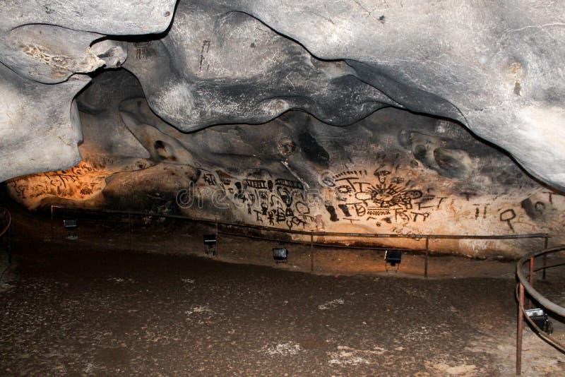 Pre-historiska handstilar i grottan Magura, Bulgarien royaltyfria foton