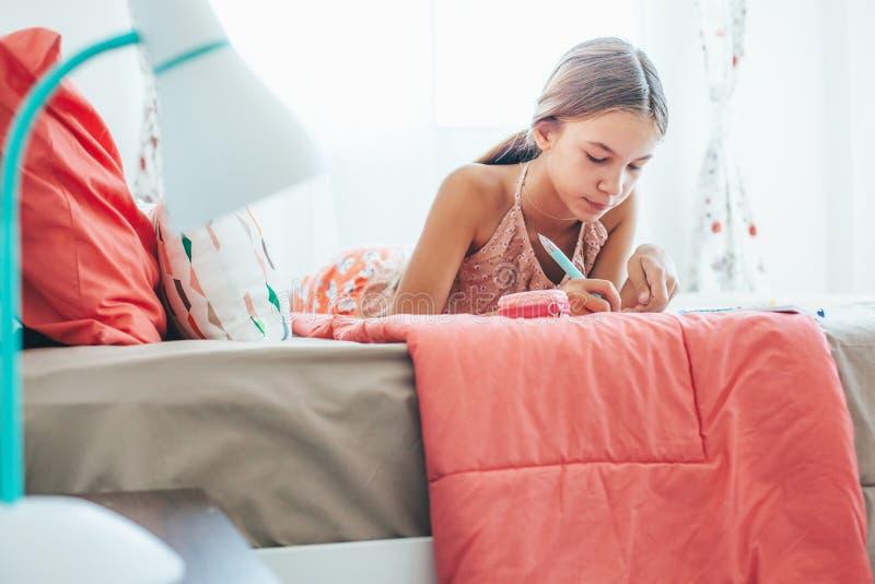 Pre nastoletni dziewczyny writing dzienniczek fotografia royalty free