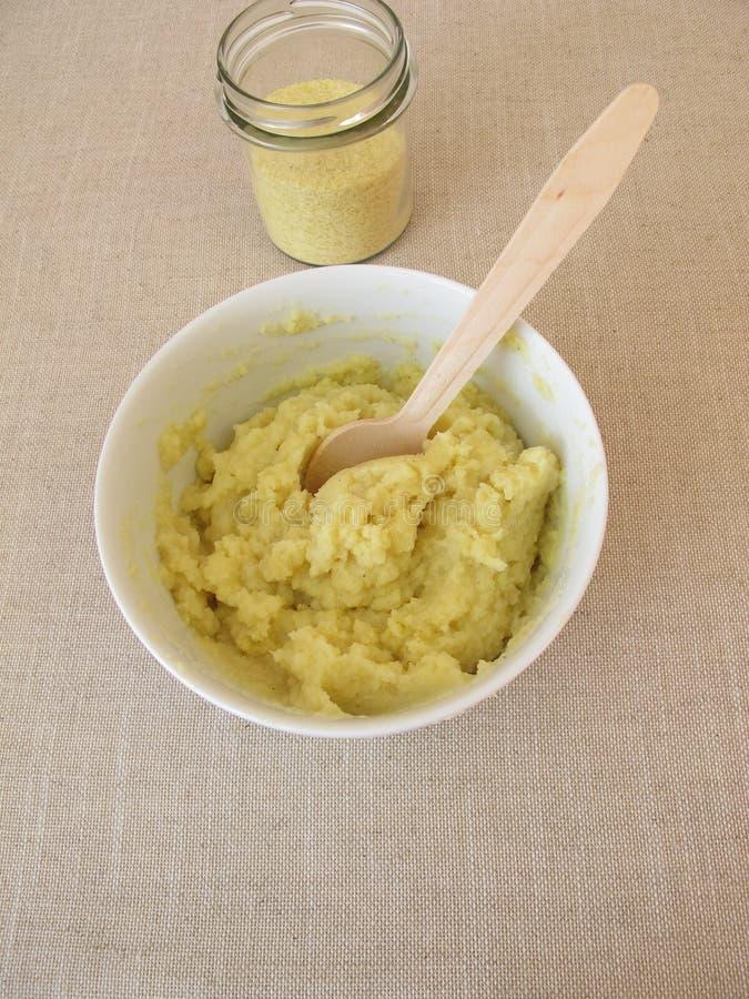 Pre-prepared onmiddellijke fijngestampte aardappels stock afbeelding