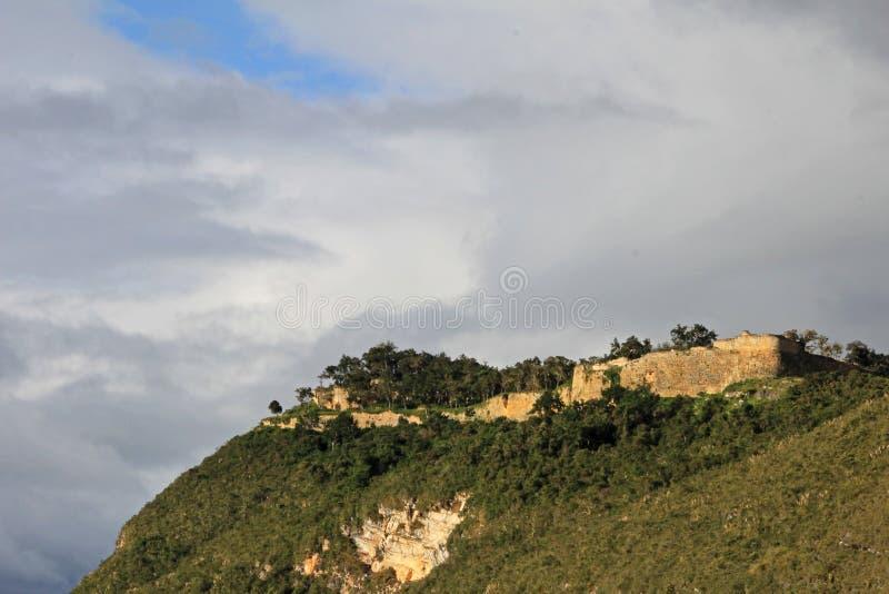Pre ruína Kuelap do inca alto acima nas montanhas peruanas nortes imagens de stock
