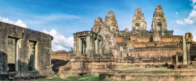 Pre Rup świątynia przy zmierzchem angkor banteay Cambodia jeziorni lotuses przeprowadzać żniwa siem srey świątynię Kambodża panor fotografia stock