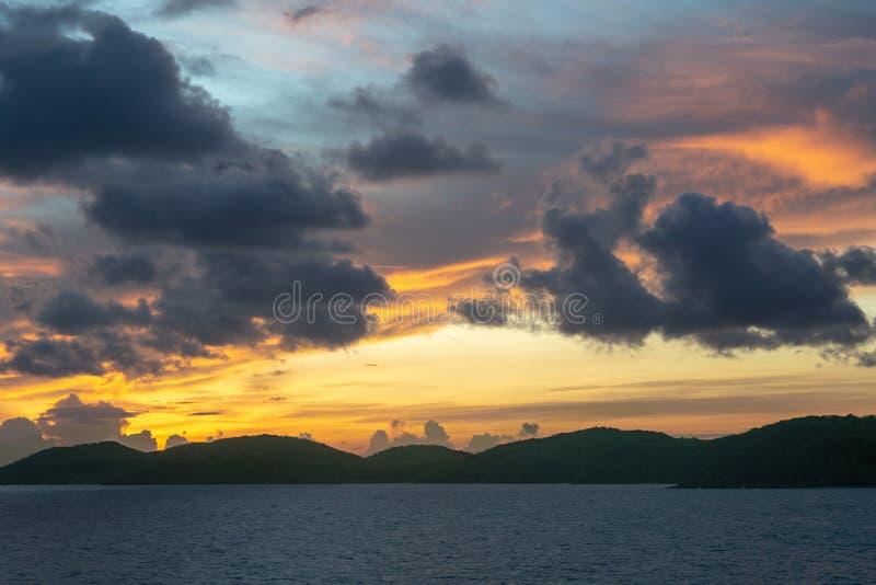 Pre-soluppgång himlar över Torres kanalöar skärgård, Australien royaltyfri bild