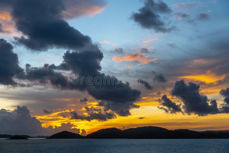 Pre-soluppg?ng himlar ?ver Torres kanal?ar sk?rg?rd, Australien fotografering för bildbyråer