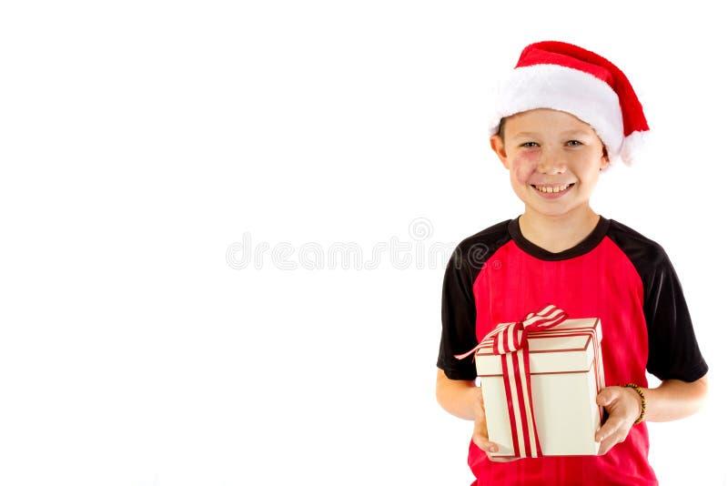 Pre-tienerjongen met een Kerstmisgift stock foto