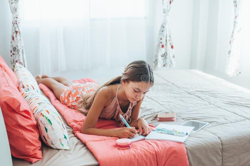 Pre tonårig flickahandstildagbok arkivfoton