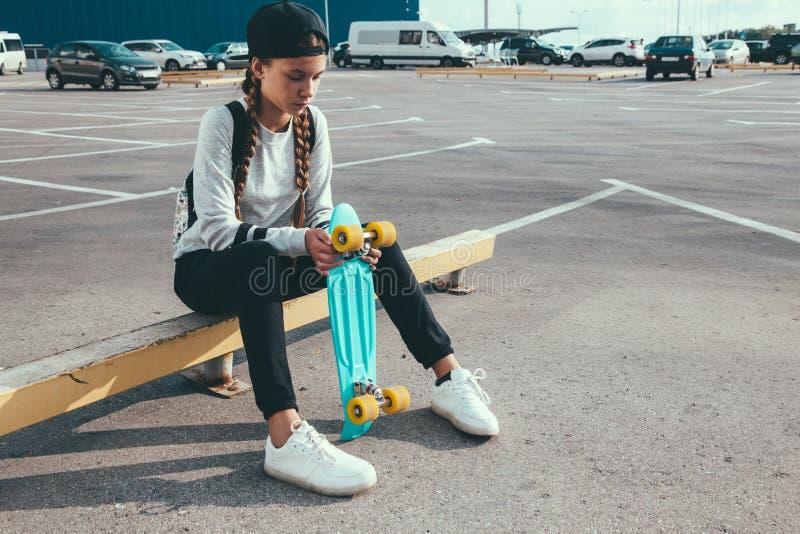 Pre tonårig skateboradåkare på stadsgatan arkivfoto