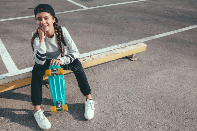 Pre tonårig skateboradåkare på stadsgatan royaltyfri bild
