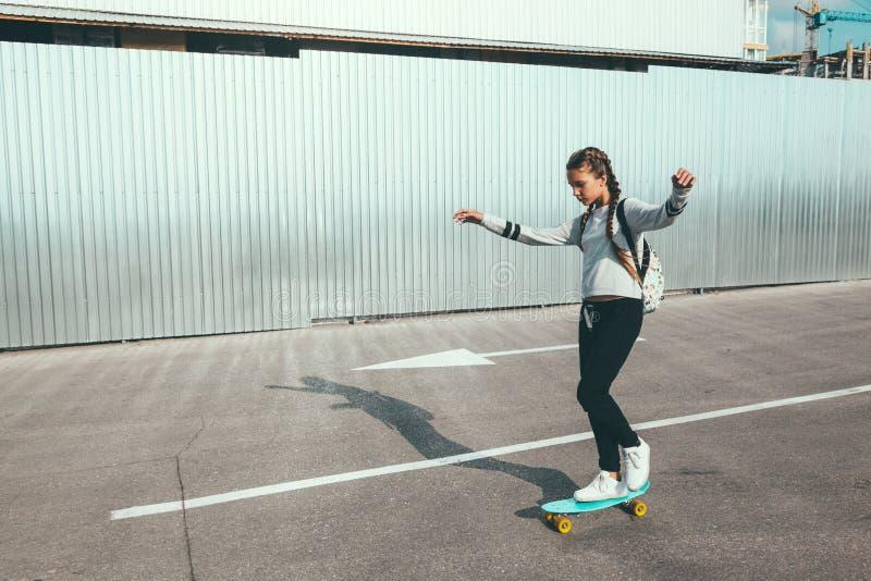 Pre tonårig skateboradåkare på stadsgatan arkivfoton