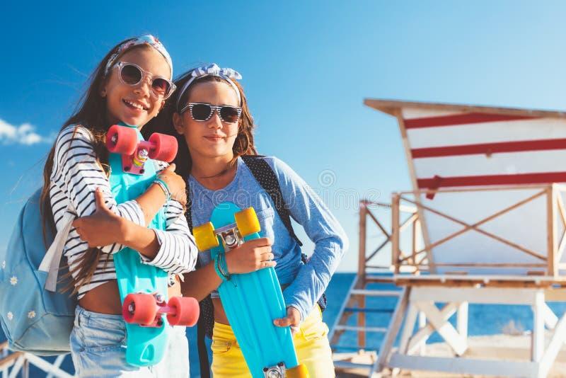 Pre tonåriga barn med skateboarder fotografering för bildbyråer