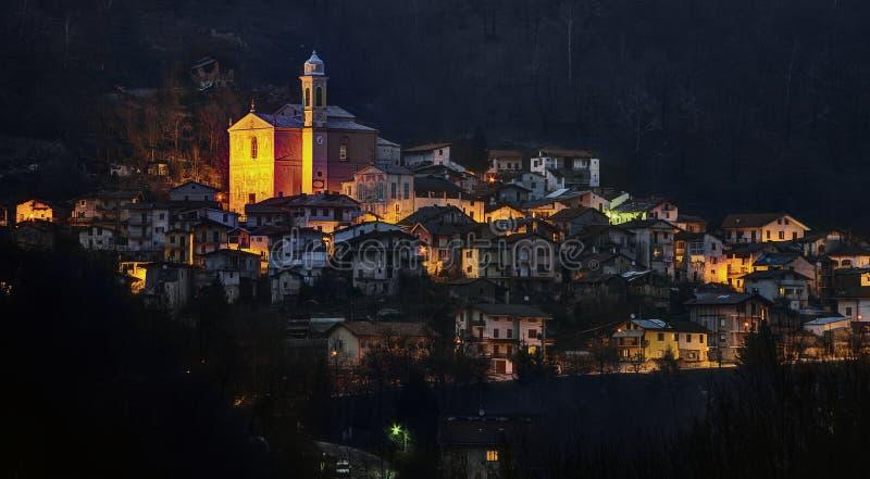 Prea Roccaforte Mondovì Италии на ноче стоковая фотография