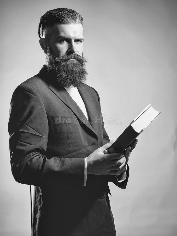 preacher Homem considerável farpado com livro fotos de stock royalty free