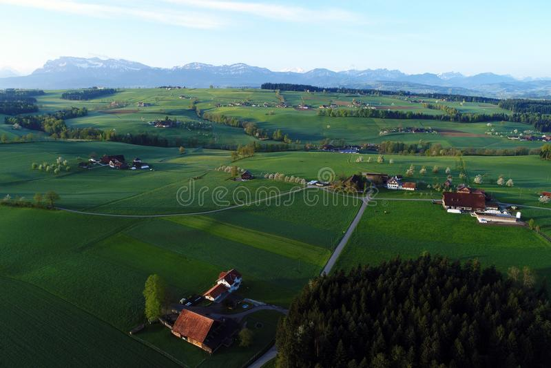 Prealps的鸟瞰图在瑞士在一个春天早晨 图库摄影