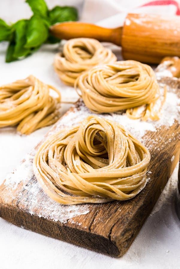 Preaparation des pâtes saines italiennes à la maison images libres de droits