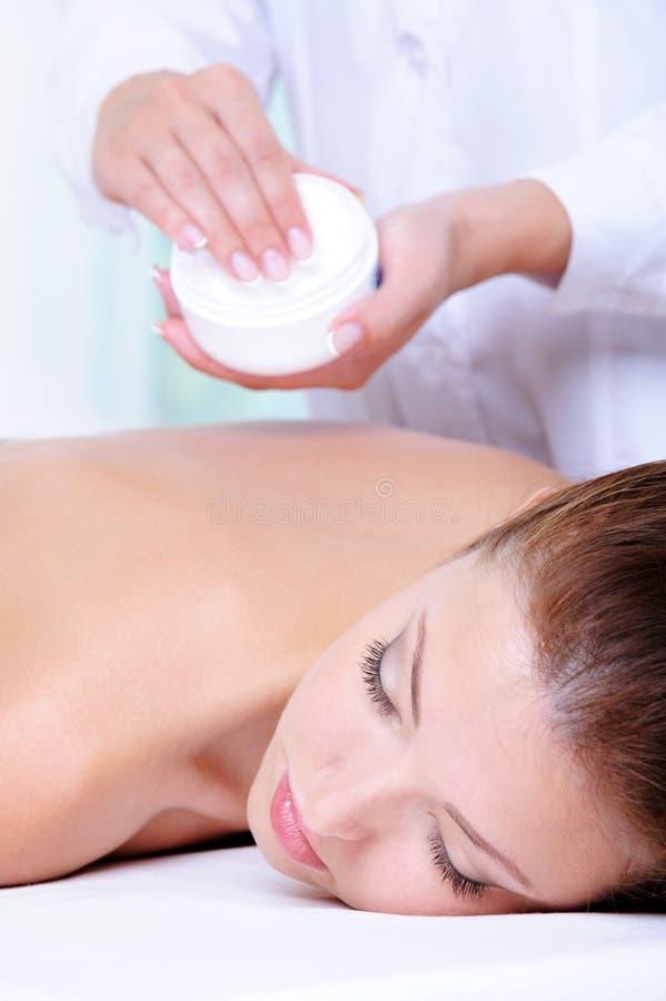 Preapration da mulher para a massagem foto de stock royalty free