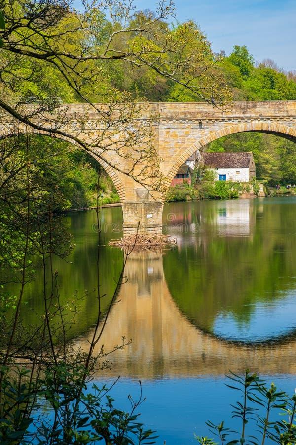 Prebendebro, en av tre sten-båge broar som korsar flodkläder i mitten av Durham, Förenade kungariket arkivbilder