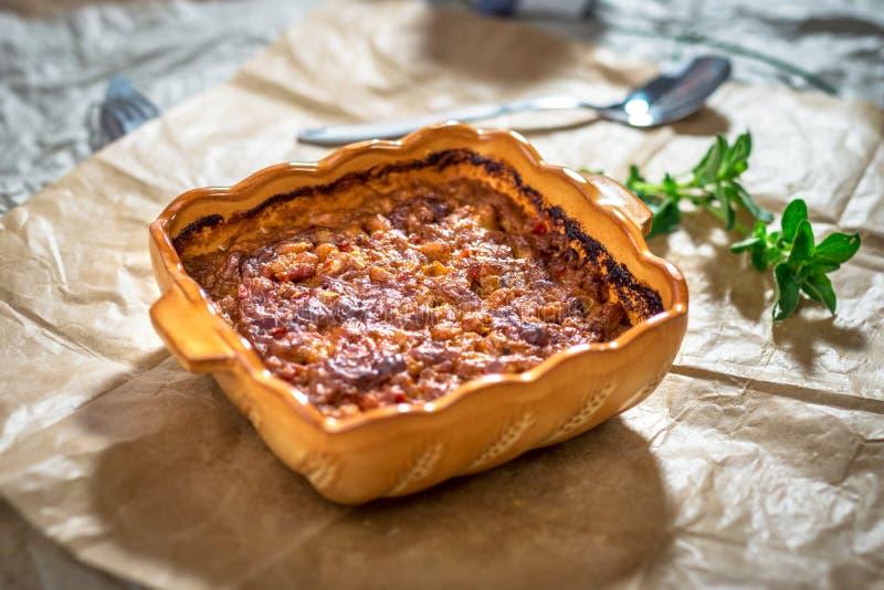 Prebranac-Balkan vita bönor i tomatsås arkivfoton