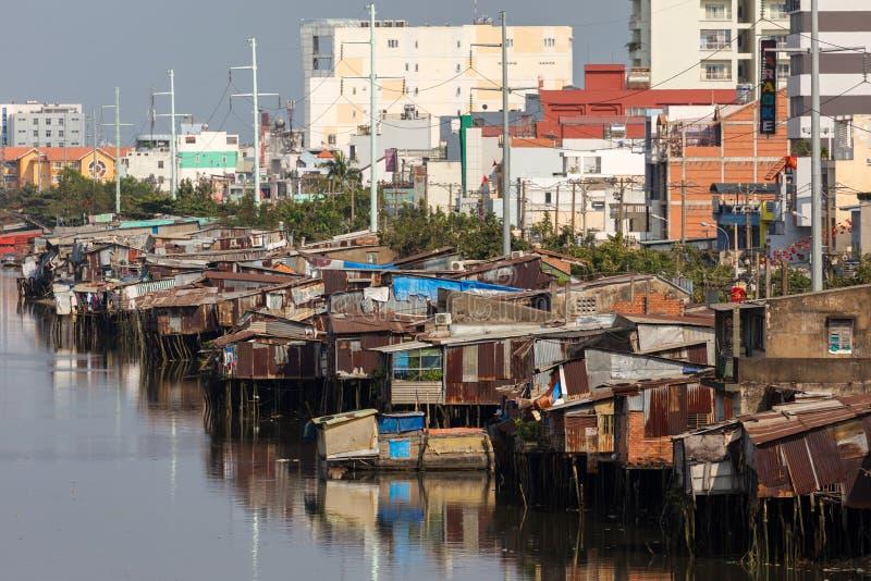 Precário e construções modernas em Saigon imagens de stock