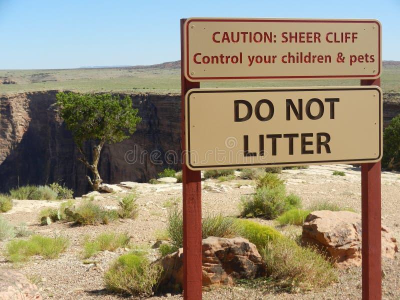 Precaución Cliff Warning Sign escarpado imágenes de archivo libres de regalías