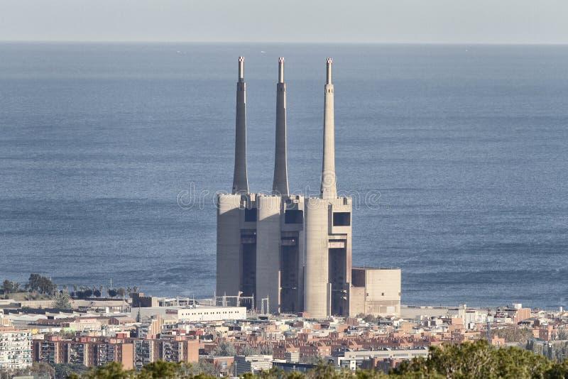 Precedente centrale elettrica termica oggi nel disuso in La Mina nella città di Barcellona fotografia stock libera da diritti