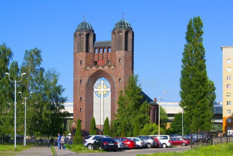 Precedente-chiesa trasversale santa dell'incrocio - chiesa ortodossa della cattedrale a Kaliningrad nella costruzione di preceden fotografia stock