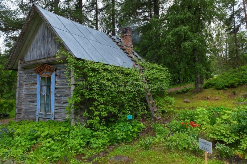 Precedente costruzione di comandante nel giardino botanico su Solovki fotografia stock