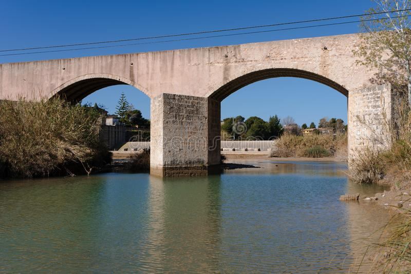 Precedente ponte sul fiume immagini stock