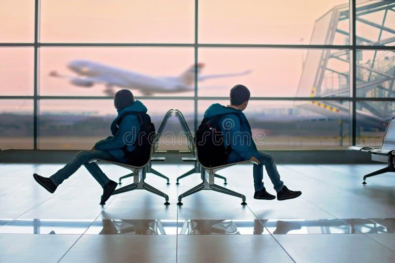 Prechool barn med ryggsäckar, på flygplatsen som går på holid arkivfoton