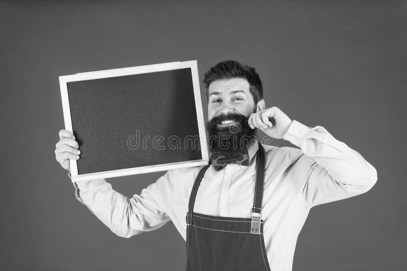 Precios razonables Tarjeta del men? cocinero barbudo del inconformista en delantal Gran cocina El cocinar por receta Bienvenido r fotos de archivo