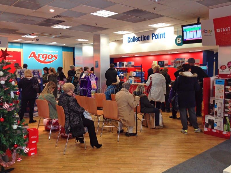 Precipitação ocupada do loja-Natal de Argos fotografia de stock royalty free