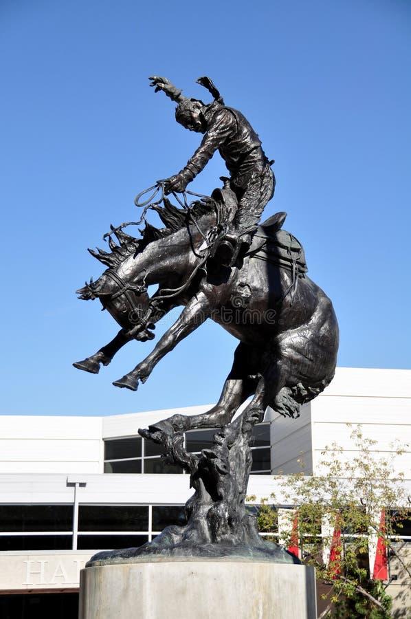 Precipitación de Calgary, estatua del vaquero imágenes de archivo libres de regalías
