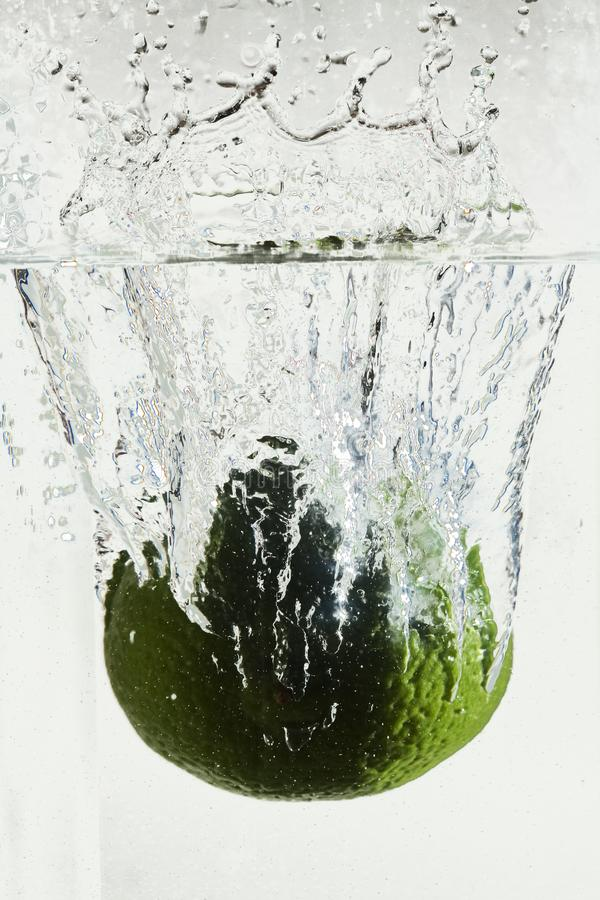 Precipitarsi acqua da frutta caduta immagine stock libera da diritti