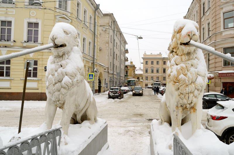 Precipitazioni nevose di autunno nella città fotografie stock