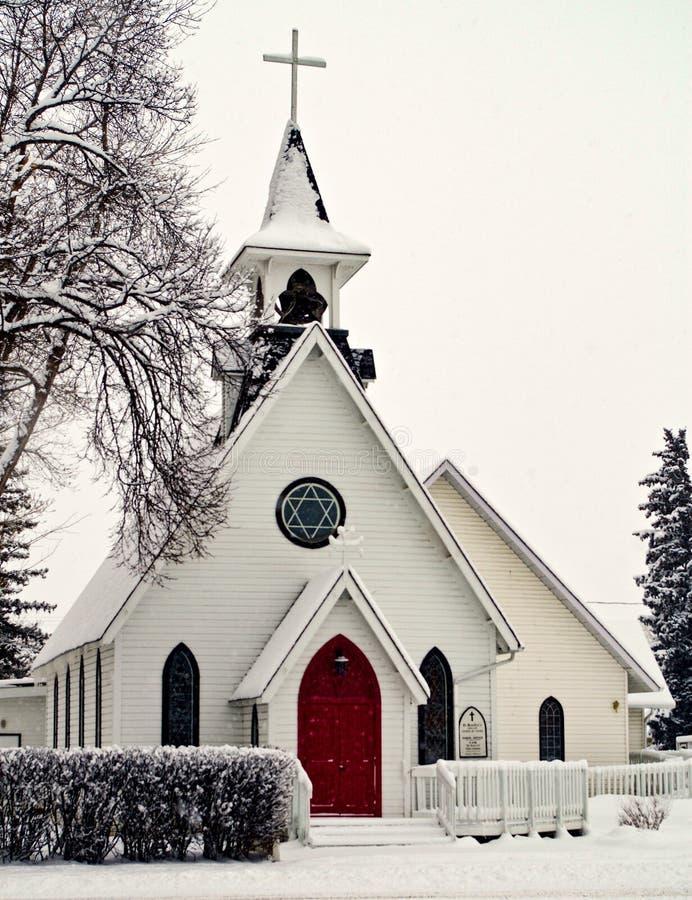 Precipitazioni nevose pesanti sulla chiesa della cittadina immagine stock libera da diritti