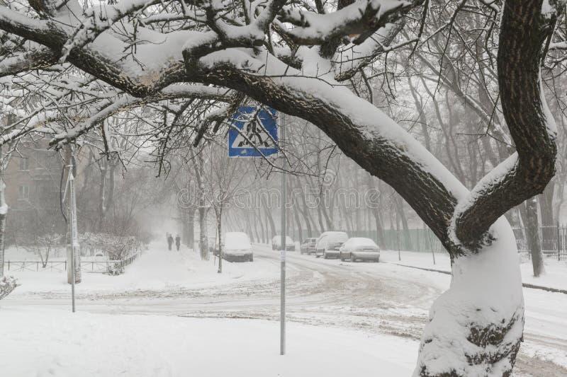 Precipitazioni nevose pesanti sulle strade di città immagini stock