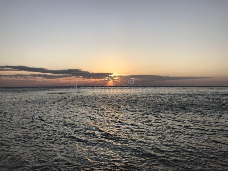 Precis en härlig solnedgång över havet royaltyfria foton