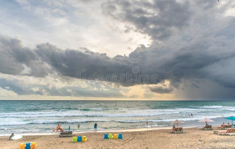 Precis för stormen på den Bali stranden arkivbilder