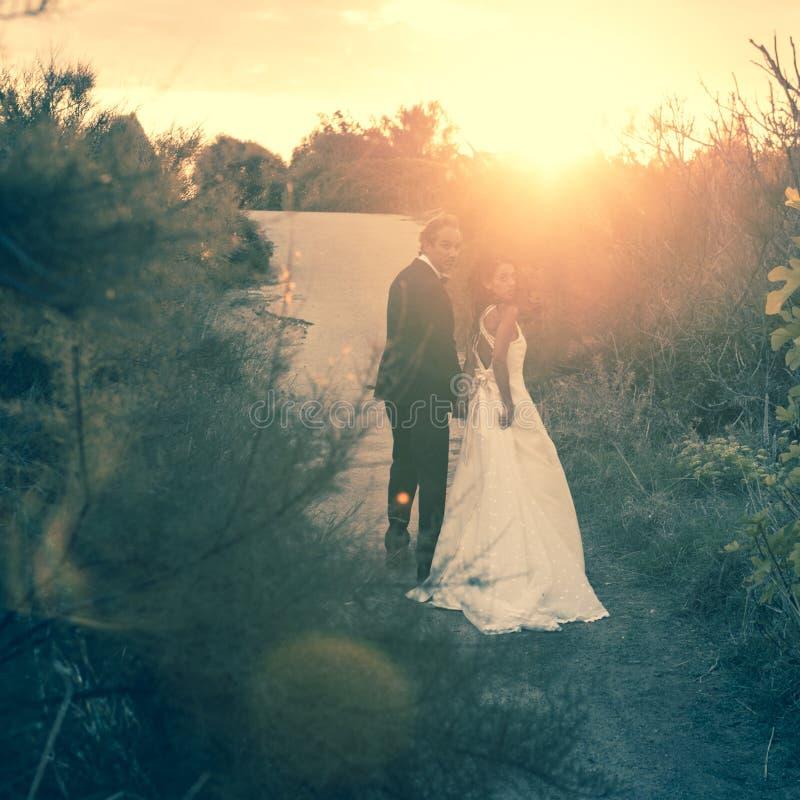 Precis gift, barnpar i The Sun royaltyfri bild