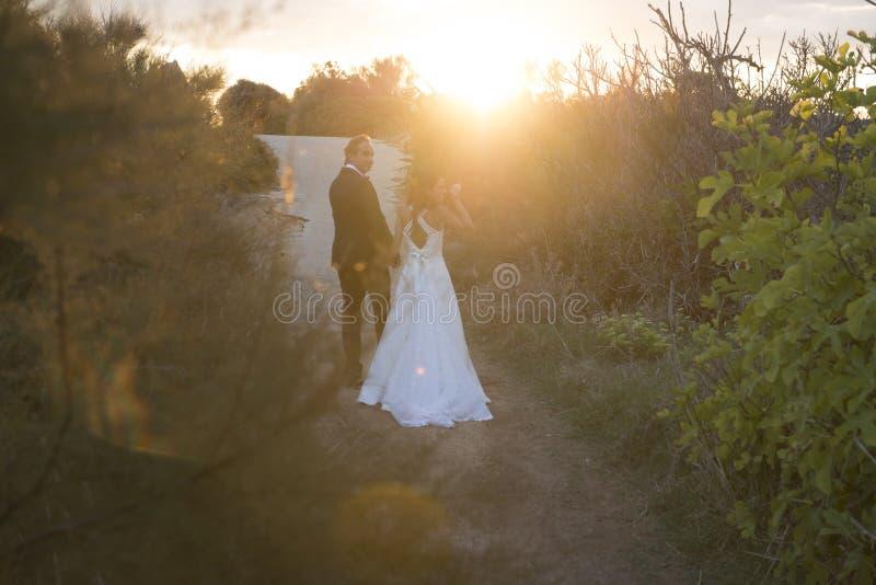 Precis gift, barnpar i The Sun royaltyfri foto