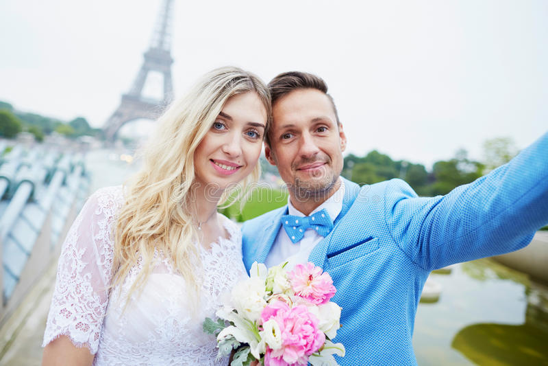 Precis gift par nära Eiffeltorn i Paris fotografering för bildbyråer
