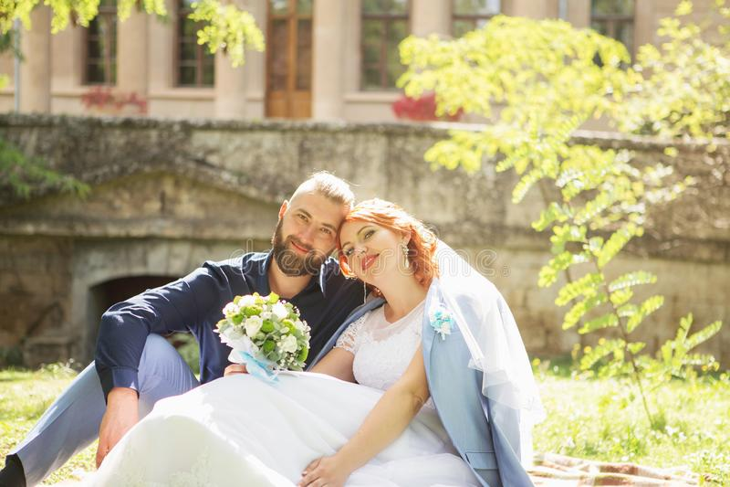 Precis gifta älska hipsterpar i bröllopsklänning och dräkt in arkivbilder