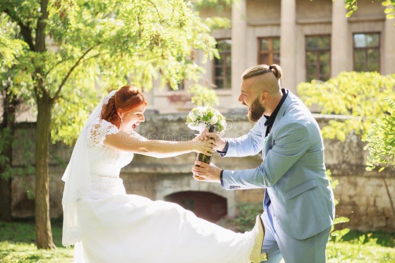 Precis gifta älska hipsterpar i bröllopsklänning och dräkt in fotografering för bildbyråer