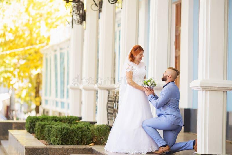 Precis gifta älska hipsterpar i bröllopsklänning och dräkt in arkivfoton