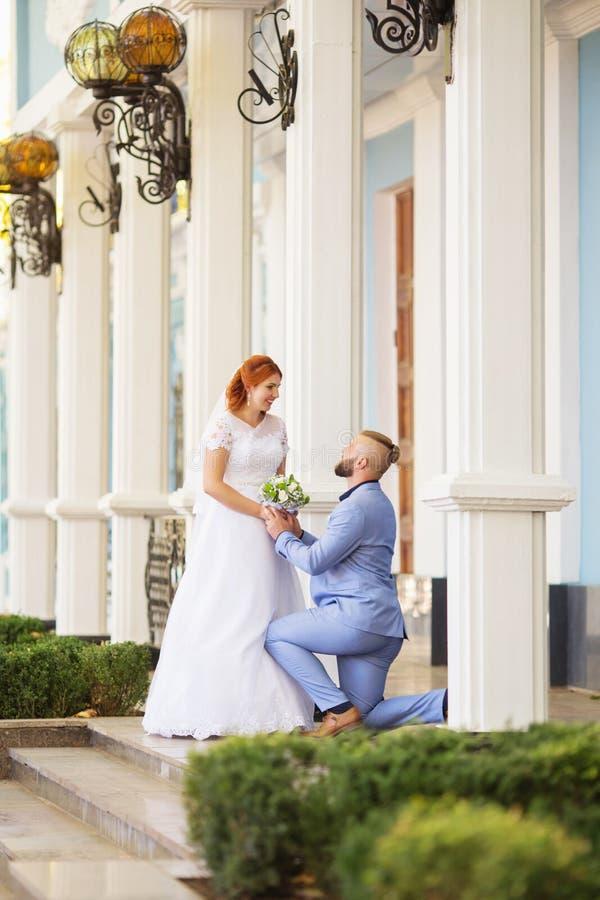 Precis gifta älska hipsterpar i bröllopsklänning och dräkt in royaltyfria foton