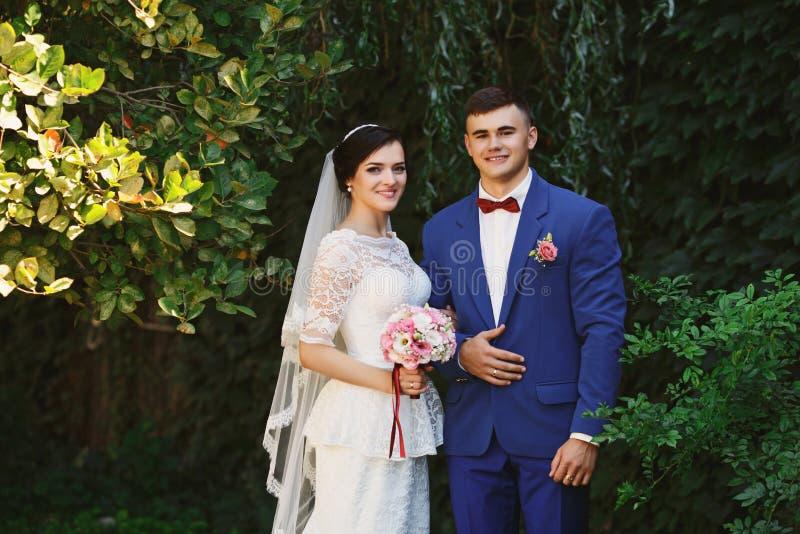 Precis gifta älska hipsterpar i bröllopsklänning och dräkt in royaltyfri fotografi