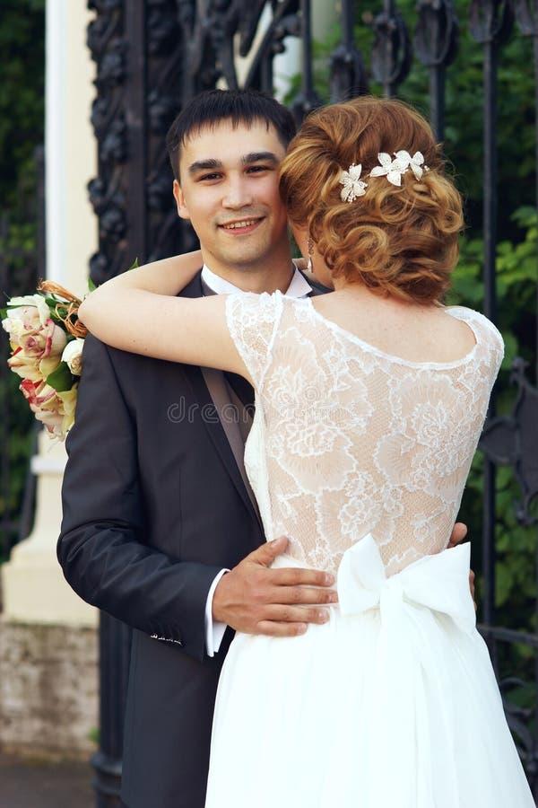 Precis gifta romantiska par fotografering för bildbyråer
