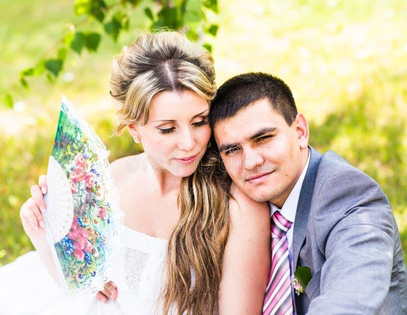 Precis omfamnat gift par fotografering för bildbyråer